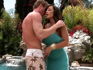 Ginormous Titted Cougar Lisa Ann Gets Her Snatch Eaten By The Pool